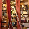 Archivalien in einem Regal