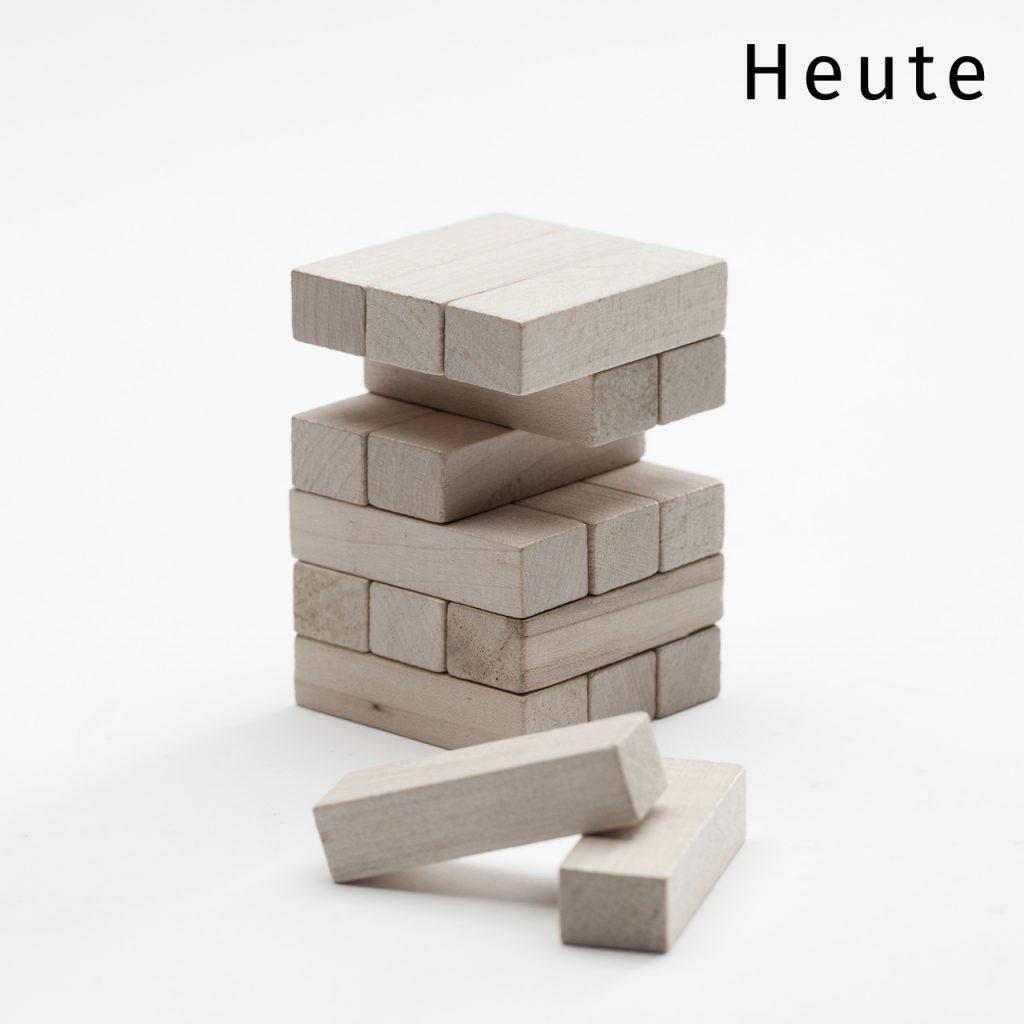 Bausteine zu einem Turm aufgebaut, zwei liegen davor