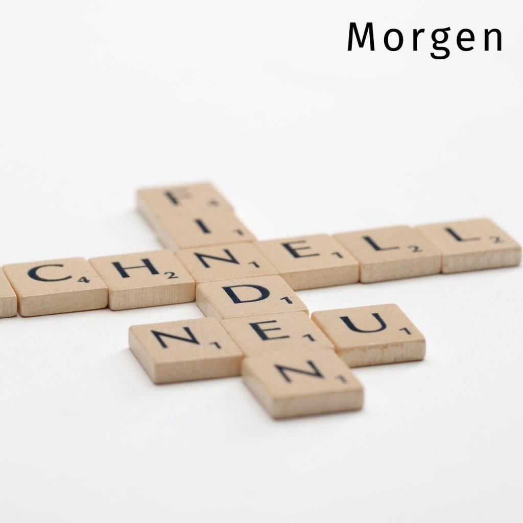 Scrabble Spielsteine die das Wort neu bilden.